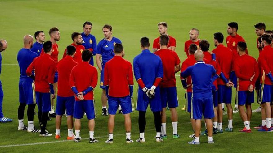 Los jugadores de la selección española de fútbol durante un entrenamiento en Turín, para preparar el segundo partido de clasificación para el Mundial 2018 que el equipo disputa frente a Italia en el Juventus Stadium de la ciudad italiana. EFE/Juanjo Martín