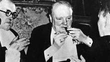 Winston Churchill poniéndose púo