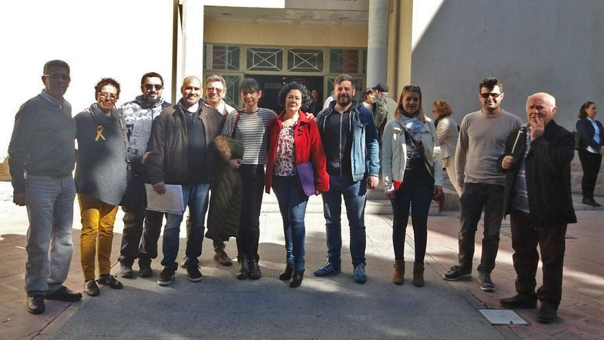 David Rodríguez y Raquel Pérez junto a algunos miembros del PCPV, entre ellos Rosa Albert, a las puertas de los juzgados