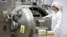 Imagen de archivo de una trabajadora en una empresa industrial de alimentación