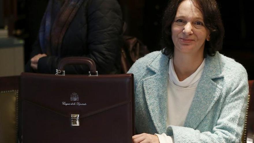 La diputada de Podemos Carolina Bescansa asiste al pleno con su bebé.