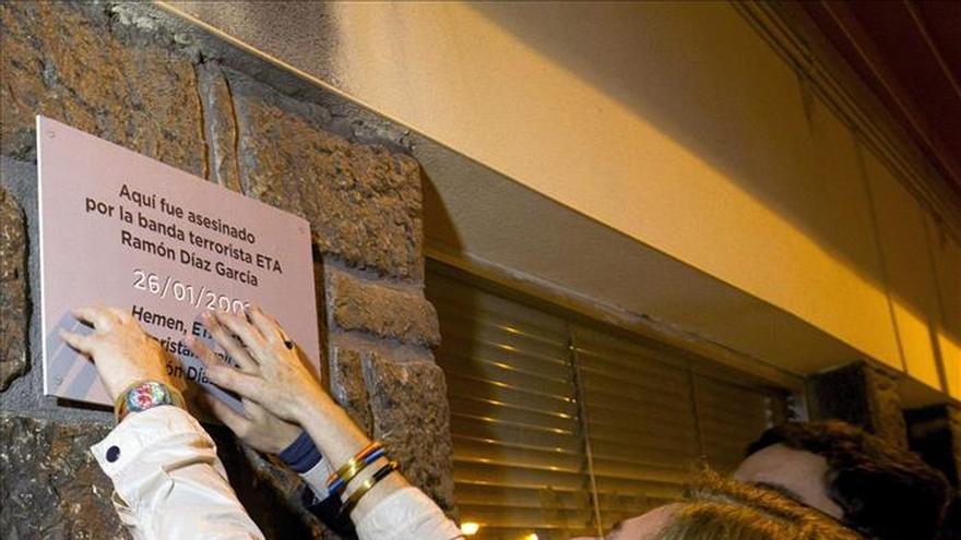 Covite pone 73 placas en memoria de los asesinados por terrorismo en Donostia