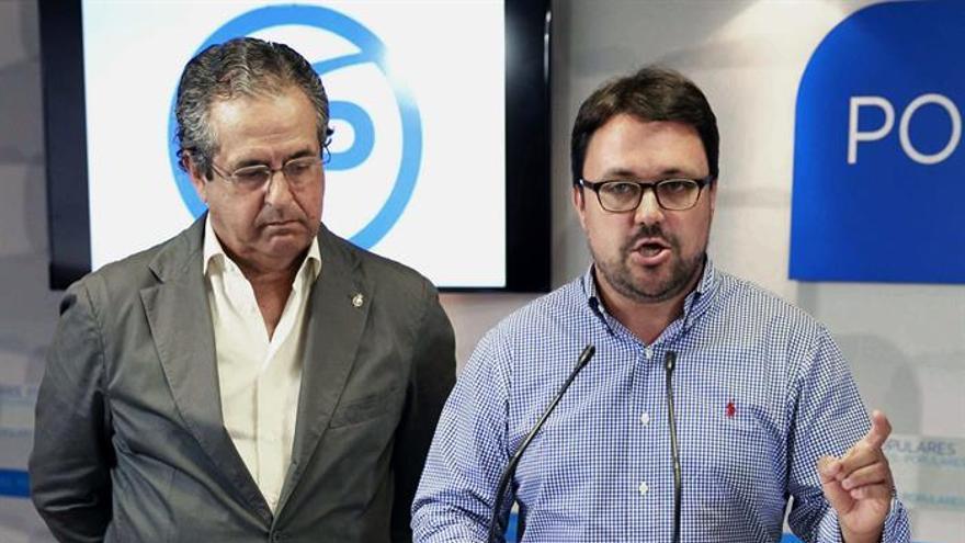 El secretario organización del PP de Canarias, Asier Antona y el senador Antonio Alarcó, durante la rueda de prensa ofrecida este jueves. EFE/Cristóbal García