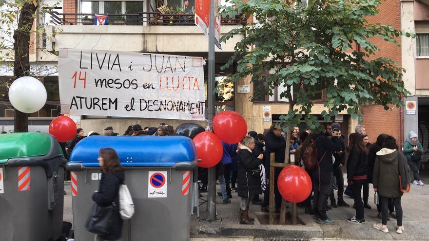 Activistas antidesahucios, este martes ante el domicilio de Lívia y Juan.