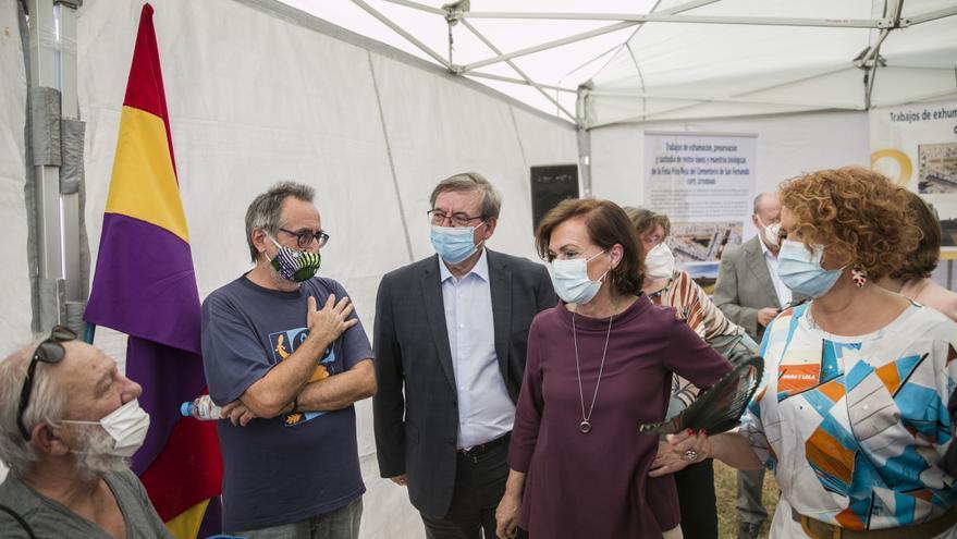La vicepresidenta primera del Gobierno, ministra de la Presidencia, Relaciones con las Cortes y Memoria Democrática, Carmen Calvo (2d) durante la visita la exhumación de la fosa común de Pico Reja, en Sevilla.