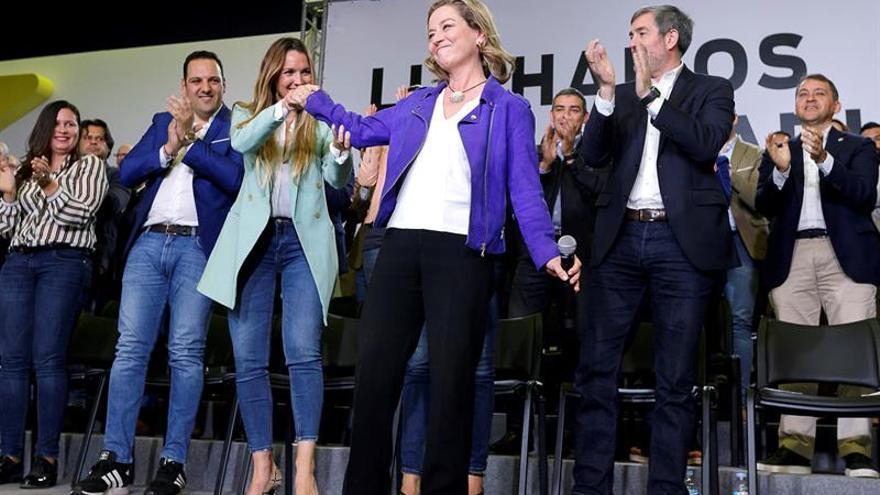 Ana Oramas, Fernando Clavijo y María Fernández, entre otros, en un acto político con candidatos a los ayuntamientos y cabildos en Santa Cruz de Tenerife.