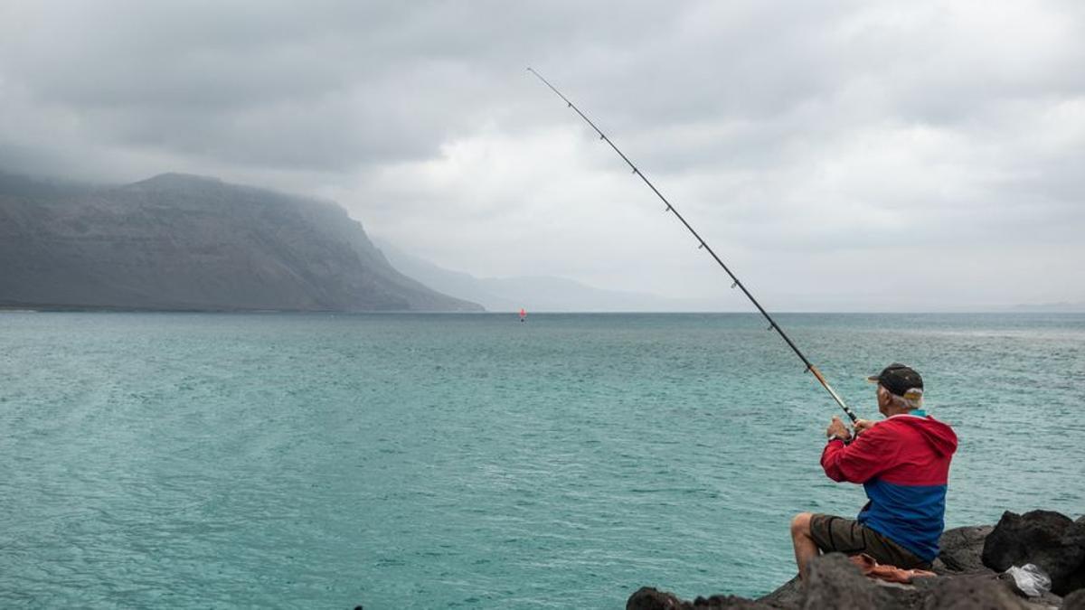 Un hombre pesca en La Graciosa