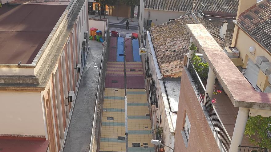 La calle Toixa urbanizada y diseñada para los juegos infantiles