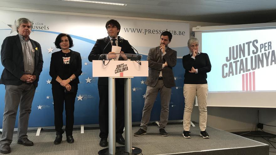 Gorka Knör, Erika Casajoana, Carles Puigdemont, Antoni Comín y Clara Ponsatí, el 10 de abril de 2019, en la presentación de su candidatura a las europeas.