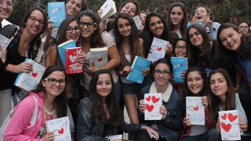 Furor con 'Blue Jeans' en la Feria del Libro de Las Palmas de Gran Canaria