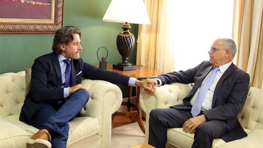 Gustavo Matos y Casimiro Curbelo, durante el encuentro para acordar una investidura en el Gobierno de Canarias