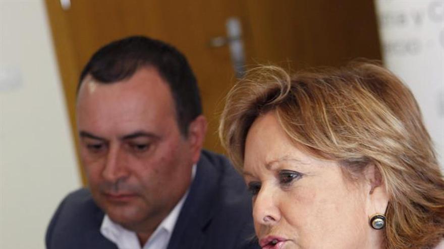 La consejera de Empleo del Gobierno de Canarias, Francisca Luengo y el presidente de la Federación Canaria de Municipios (Fecam), Manuel Ramón Plasencia.