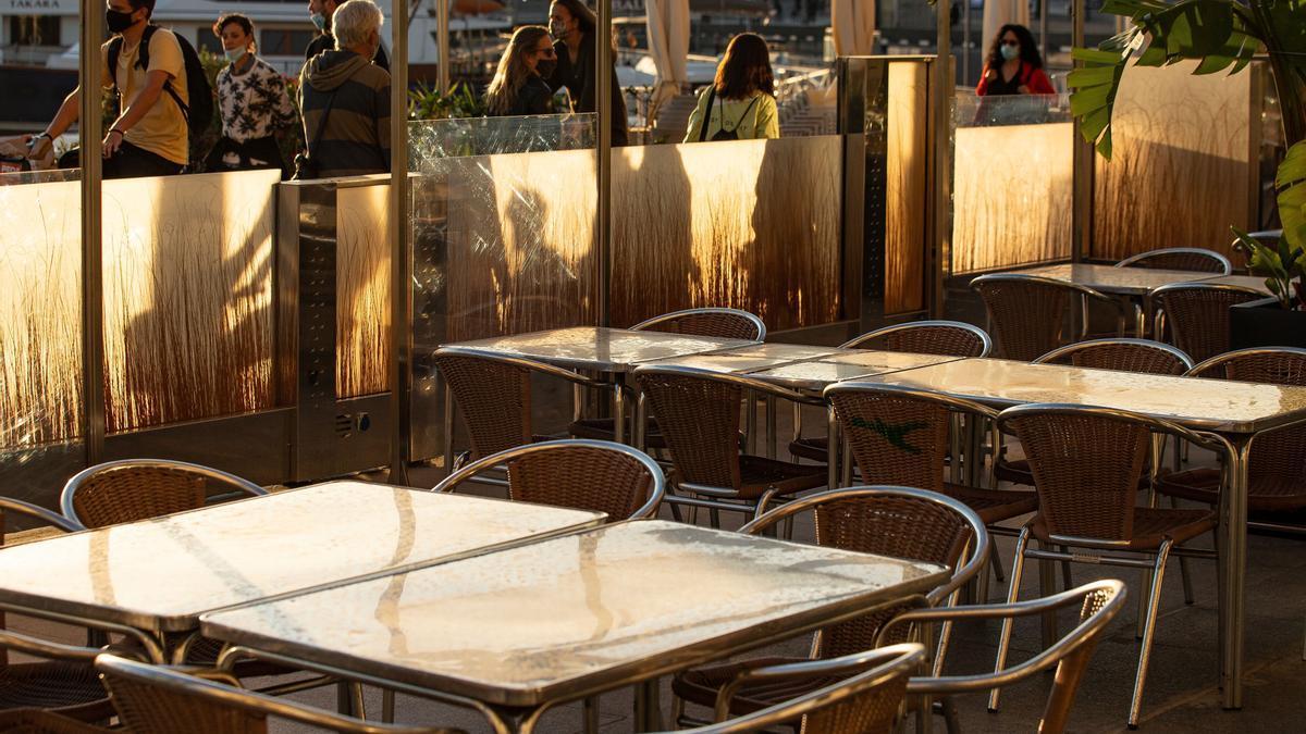Aspecto de una terraza cerrada en el barrio de la Barceloneta de Barcelona. EFE/Enric Fontcuberta/Archivo