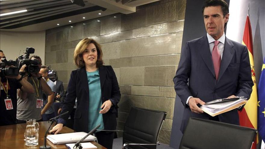 La vicepresidenta del Gobierno, Soraya Sáenz de Santamaría, junto al ministro de Industria, Energía y Turismo, José Manuel Soria. / Efe