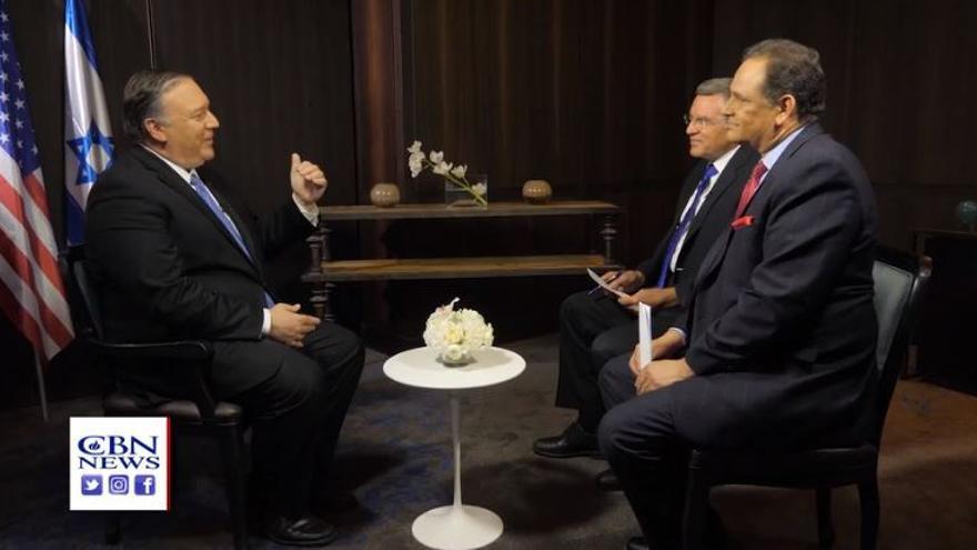 Mike Pompeo junto a los periodistas David Brody y Chris Mitchell durante la entrevista concedida a CBN News.