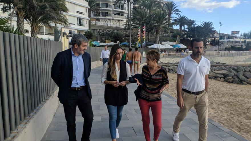 La candidata de CC María Fernández y el expresidente Fernando Clavijo recorrieron el lunes Mogán con su alcaldesa, Onalia Bueno y parte de su grupo de gobierno