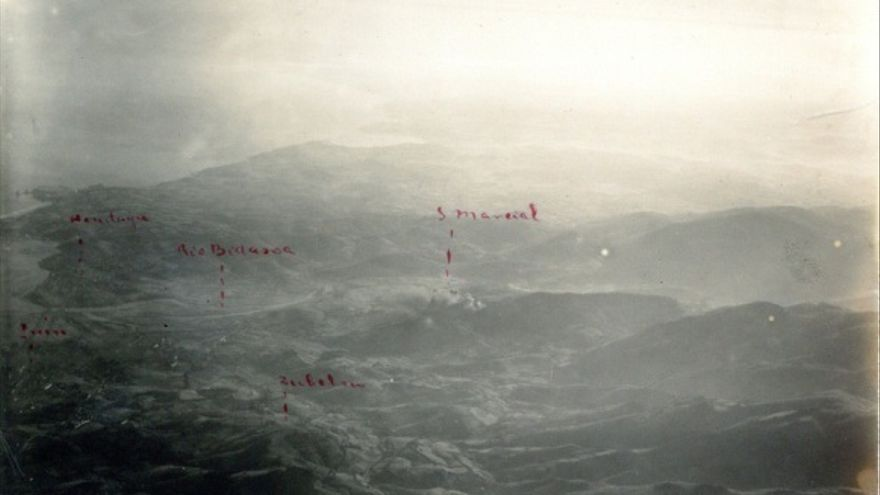 Fotografía aérea del frente Irún. En ella se puede observar el monte san Marcial señalado y en llamas. Agosto-septiembre de1936.
