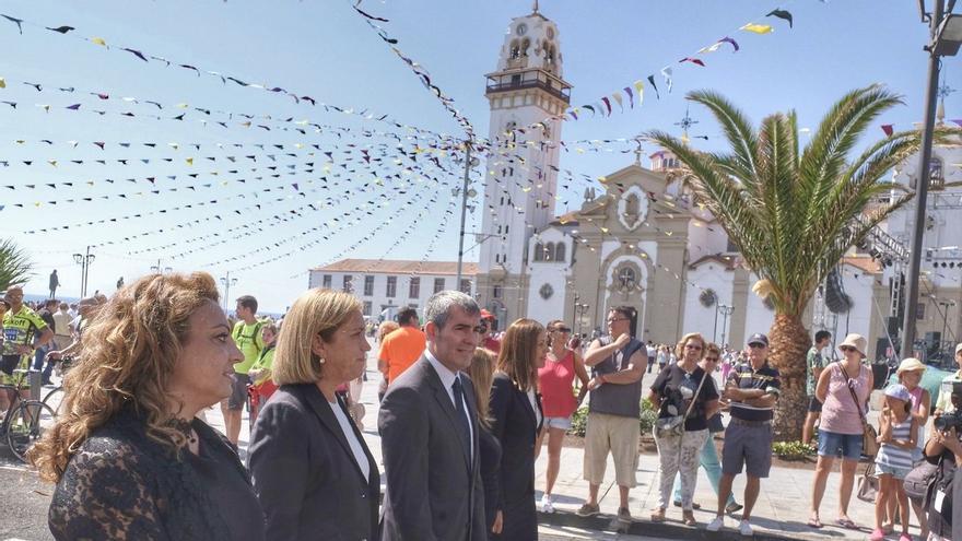 El presidente Fernando Clavijo duranto la fiestas de la Calendaria junto a la delegada del Gobierno de Canarias, Mercedes Roldós, y la consejera de Políticas Sociales, Cristina Valido.