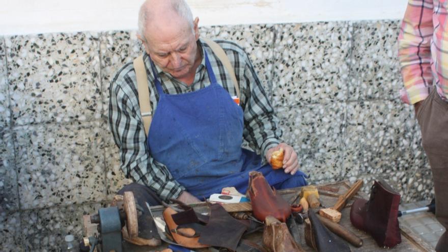 Diferentes artesanos se reúnen este sábado en el Museo Casa Labriega de la Serena, en Valle de la Serena, para mostrar los trabajos y las técnicas que se han usado de manera tradicional
