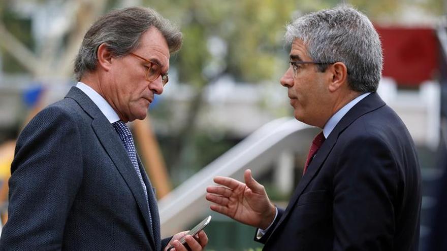 El expresidente de la Generalitat Artur Mas,iz., conversa con Francesc Homs, d., en las inmediaciones de la Audiencia Nacional .
