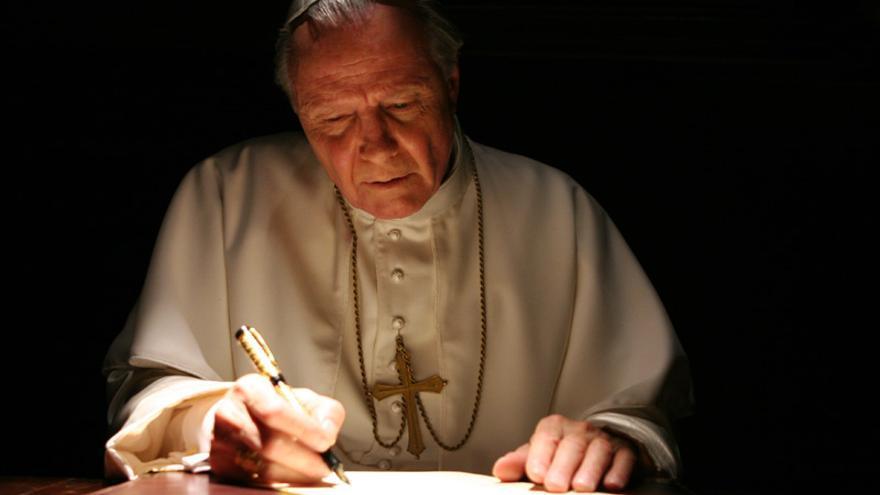 El actor Jon Voight caracterizado como el Papa Juan Pablo II en la miniserie