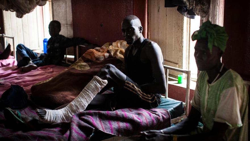Marial, que ha pasado la mayor parte de su vida en Nashville, Tennesse, tuvo que volver a Sudán del Sur a casarse cuando estalló el conflicto. Marial fue disparado accidentalmente en una pierna el 18 de febrero de 2014, en Malakal. Se recupera de la herida en al hospital ed Médicos Sin Fronteras (MSF) en Nasir, Sudán del Sur, en abril de 2014. / Foto: Adriane Ohanesian/ MSF.