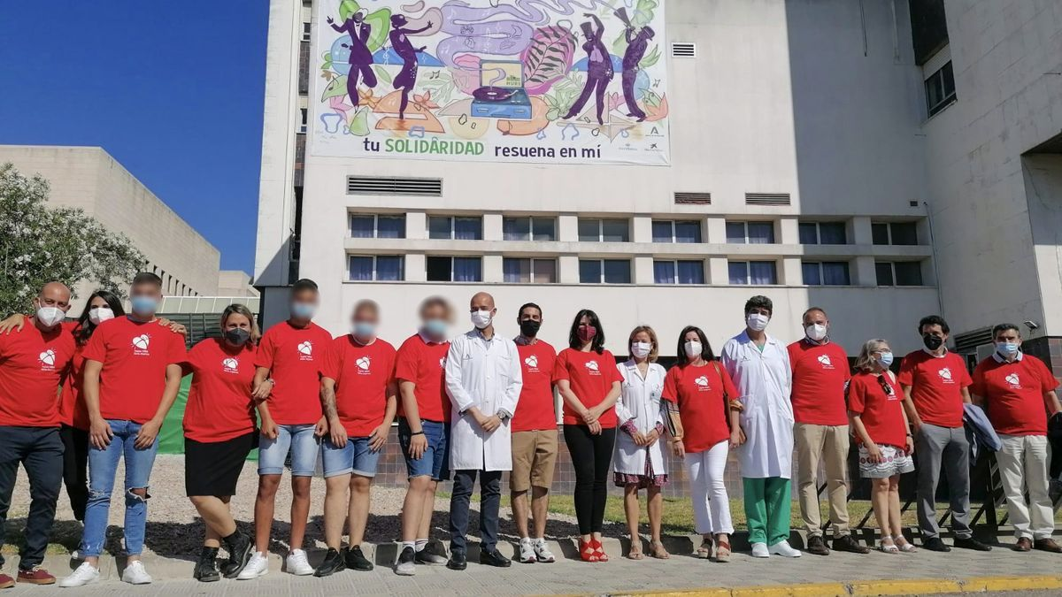Los jóvenes posan ante el mural del hospital
