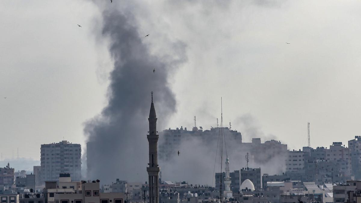 Una columna de humo se eleva sobre el cielo de Gaza tras un bombardeo israelí. EFE/EPA/MOHAMMED SABER