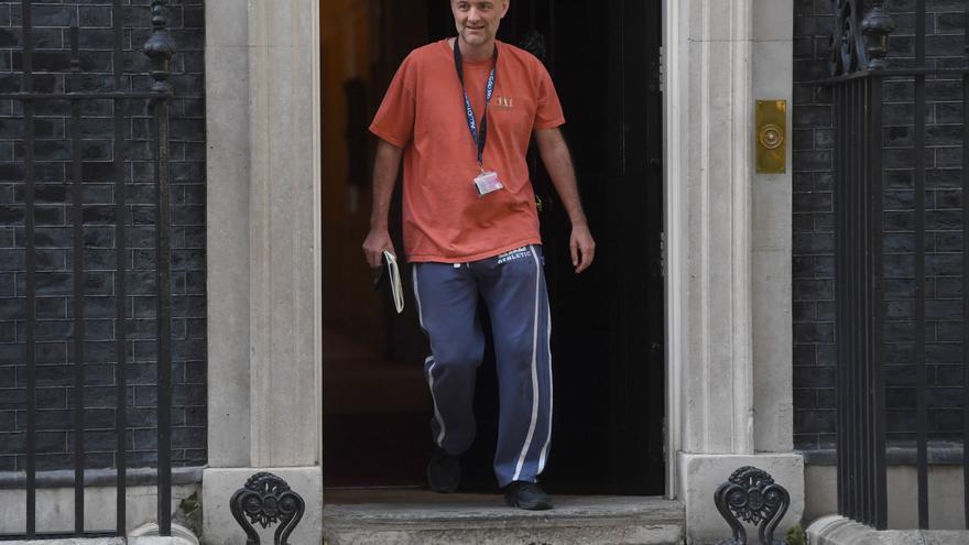 Dominic Cummings saliendo de Downing Street.