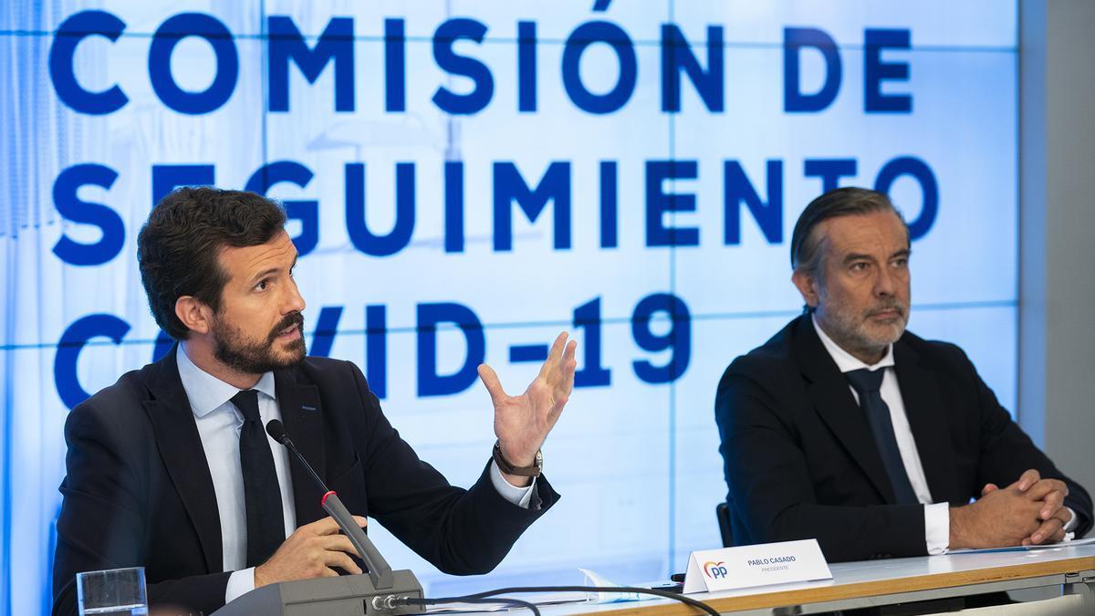 Pablo Casado y el secretario de Justicia del PP, Enrique López, en la sede del partido.