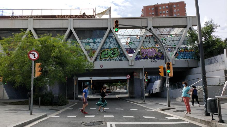 Calle Riera Blanca a su paso por debajo de las vías de tren y metro