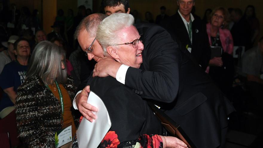 Scott Morrison, primer ministro australiano, abraza a una de las víctimas durante la ceremonia oficial de disculpa.