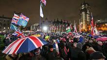 Ciudadanos británicos se concentran alrededor del Parlamento para celebrar la salida de la UE.