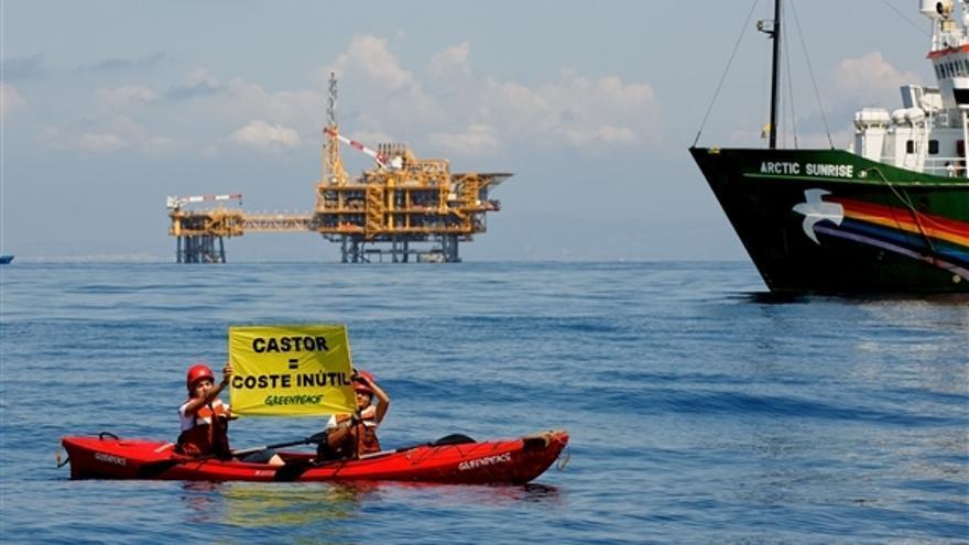 Acción de protesta de Greenpeace contra el proyecto Castor, en la costa de Vinaròs (Castelló).