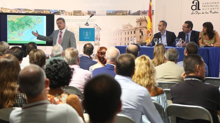 La presentación de las alegaciones de la Diputación de Alicante al estudio de viabilidad del tren de la costa, el pasado septiembre.