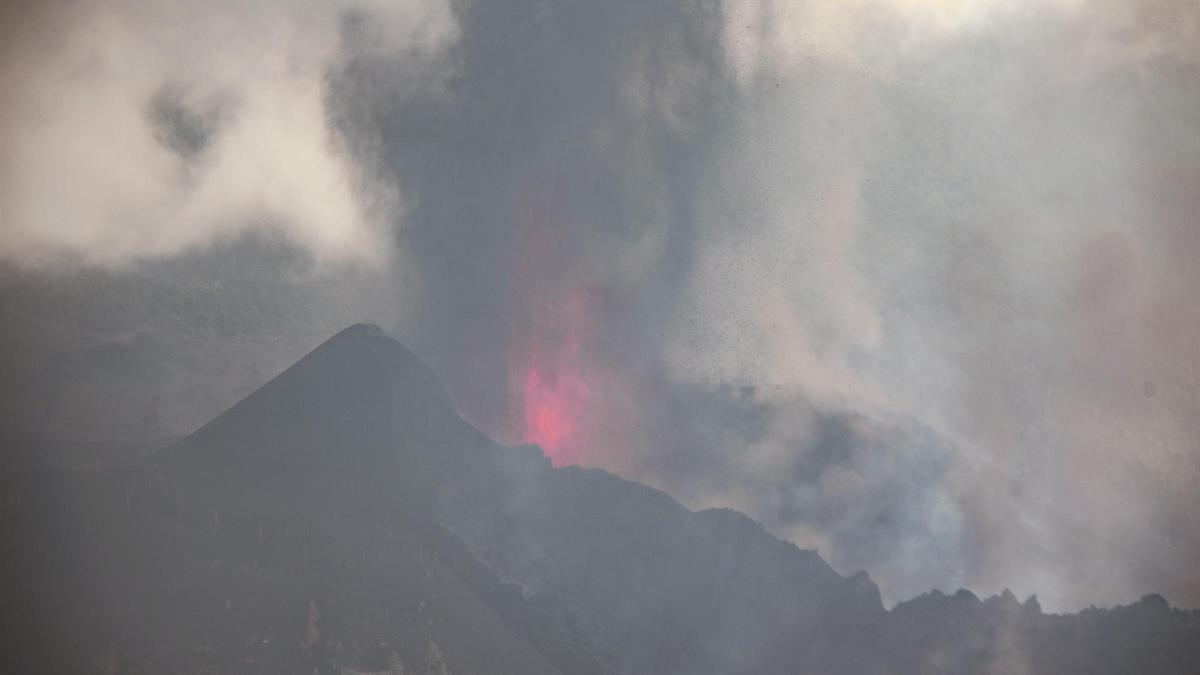 Columna de cenizas y piroclastos del volcán de La Palma este sábado