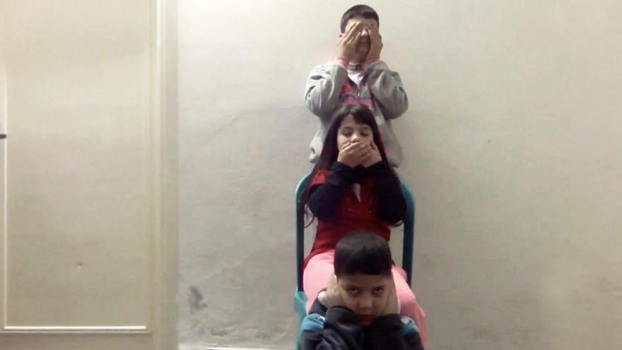 Fotograma del cortometraje 'The Barriers of Parting', de una de las jóvenes sirias, Raghad, que muestra su enfado por la situación de los refugiados sirios. | Imagen cedida a eldiario.es.