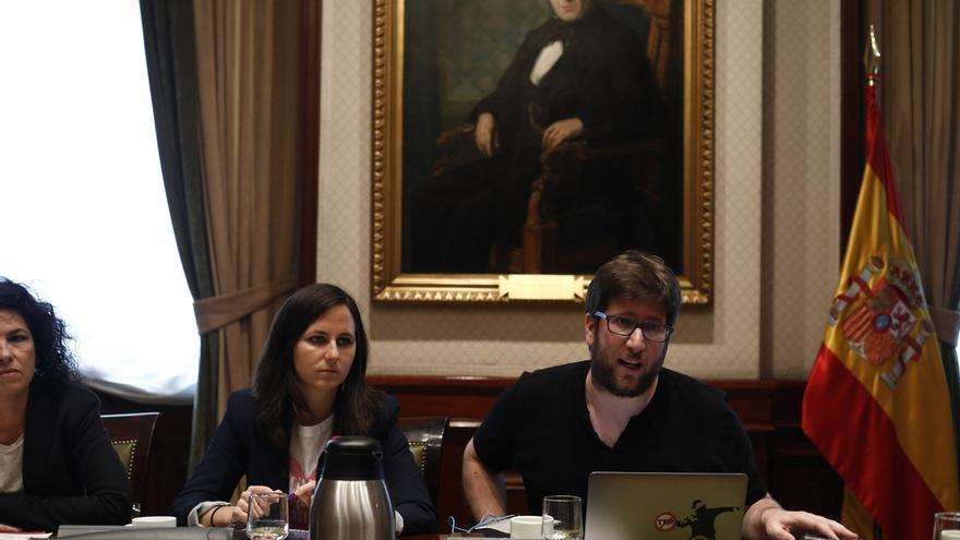 Diputados de Unidos Podemos reclaman ante la Embajada argentina la aparición con vida del activista Santiago Maldonado