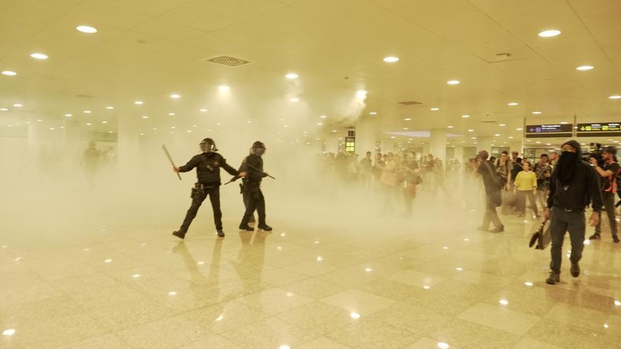 Las primeros altercados se produjeron al colarse un grupo de manifestantes dentro de la terminal