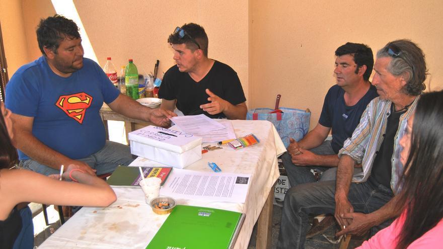 Miembros de la Corrala de Mérida, charlando en torno a una mesa / JCD
