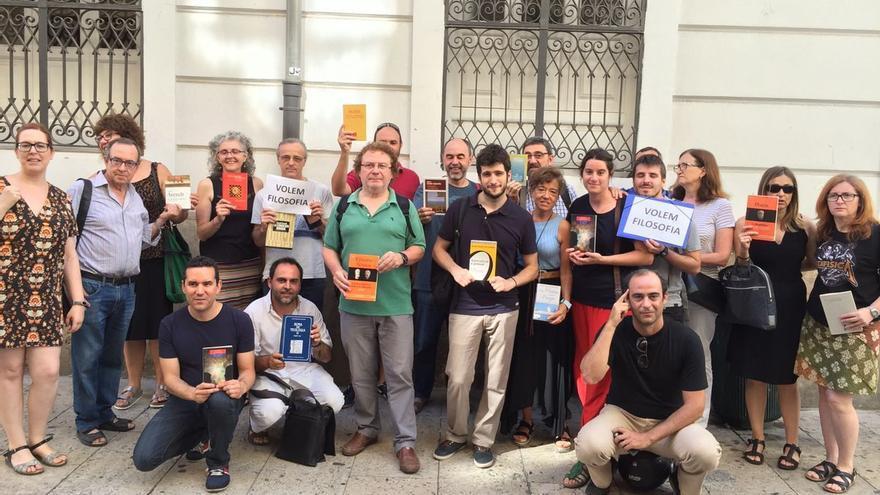 Antonio Estañ (Podemos) en una concentración a favor de la asignatura de filosofía.