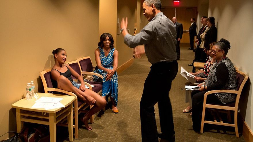 Obama anima a su hija justo antes de su recital de baile // Official White House Photo por Pete Souza