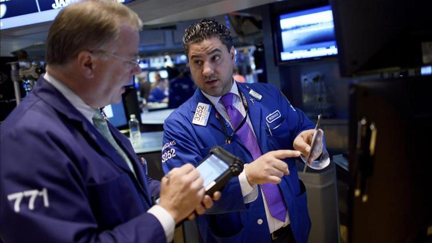Wall Street se mantiene con comportamiento mixto a media sesión