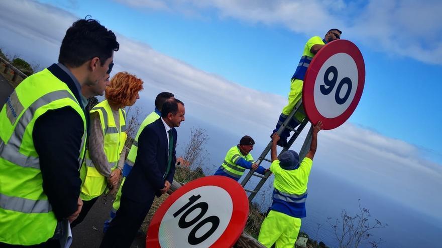 Momento de la retirada de la señal de 100 km/h y colocación de la de 90, en la vía TF-5, isla de Tenerife