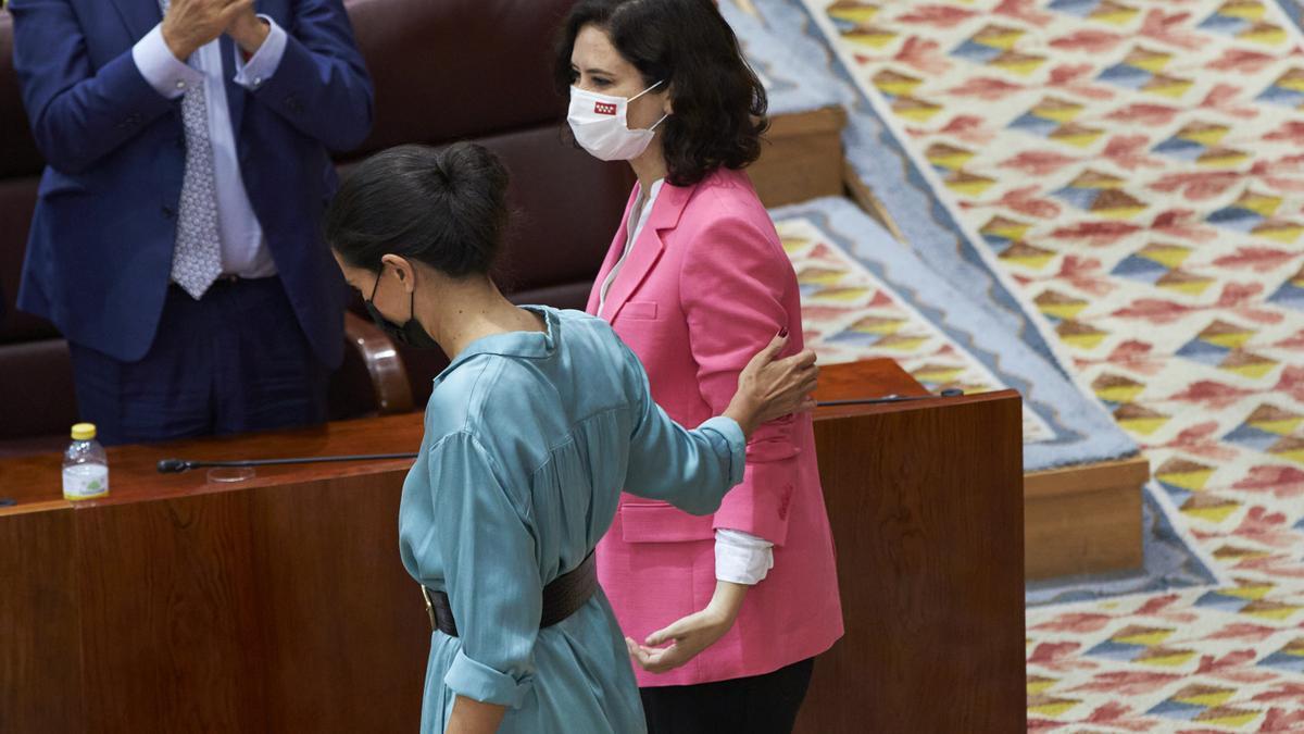 La portavox de Vox en la Asamblea de Madrid, Rocío Monasterio (i),y la presidenta de la Comunidad de Madrid, Isabel Díaz Ayuso.