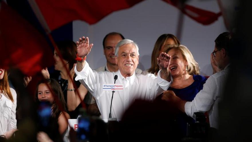 Euforia contenida entre los seguidores de Piñera tras triunfo electoral