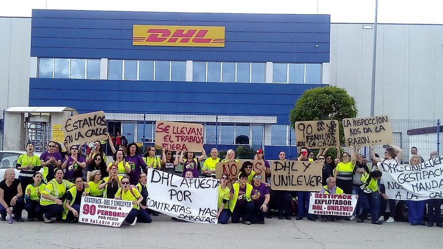Trabajadoras de DHL se concentraron frente a la empresa el pasado mes de mayo por el despido de 60 trabajadoras / CCOO