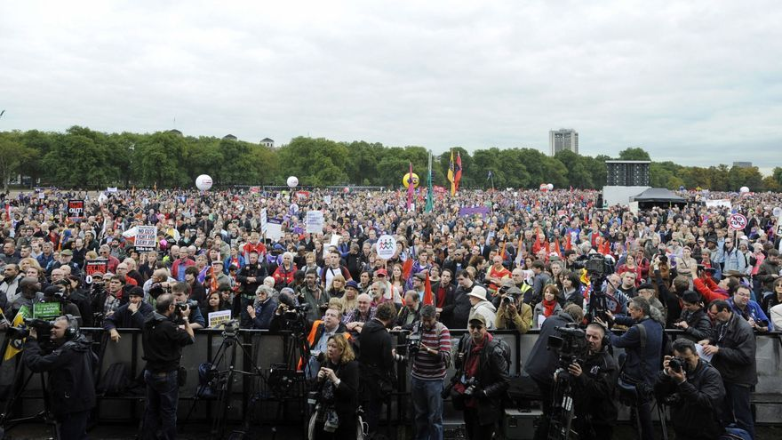 Miliband participa en una multitudinaria manifestación en Londres contra los recortes