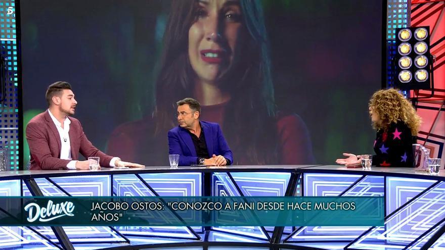 Jacobo Ostos, con Estefanía de fondo en el pantallón de 'Sábado Deluxe'