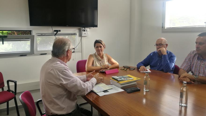 Reunión entre la consejera regional de Agricultura, Ganadería y Pesca, Alicia Vanoostende, y el consejero insular del área, Miguel Hidalgo.